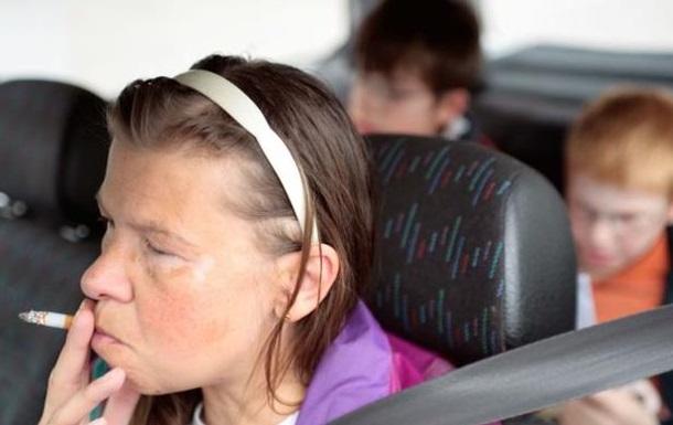 Британцам запретили курить в машинах при детях