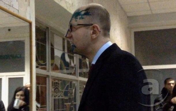 Яценюка и Турчинова облили зеленкой в больнице Тимошенко