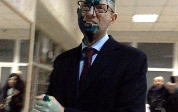 Мужчина, обливший Яценюка зеленкой, имел судимости - милиция