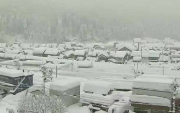 В крупном японском городе Нагоя из-за снегопада закрыли аэропорт