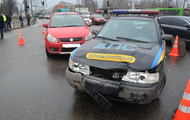 В Харькове нетрезвая женщина въехала в автомобиль ГАИ