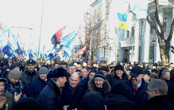 Около 10 тысяч активистов направились пикетировать здание парламента