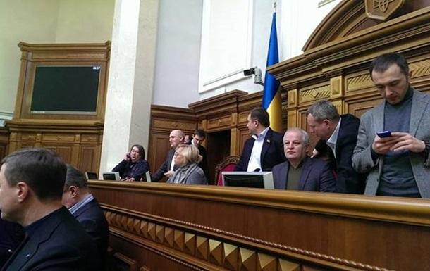 Оппозиция заблокировала работу Рады