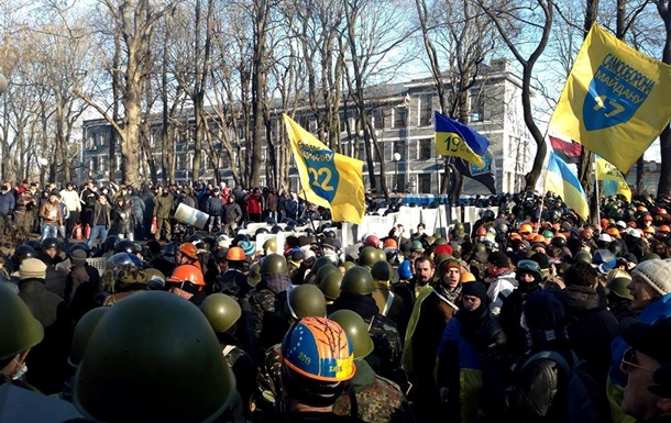 Митингующие на Институтской бросали дымовые шашки в сторону милиции - МВД