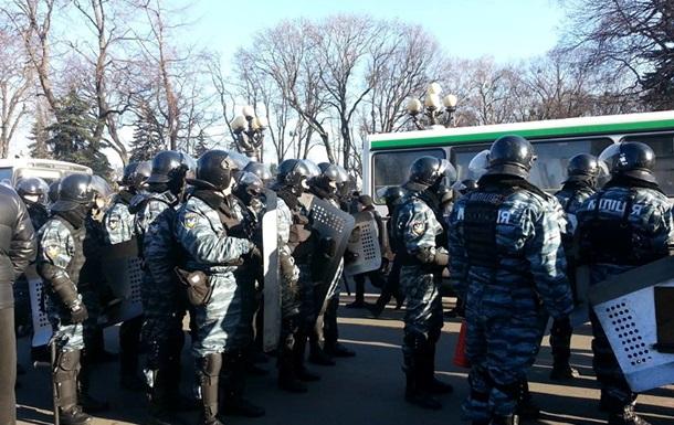 Трое правоохранителей пострадали в столкновениях возле Рады