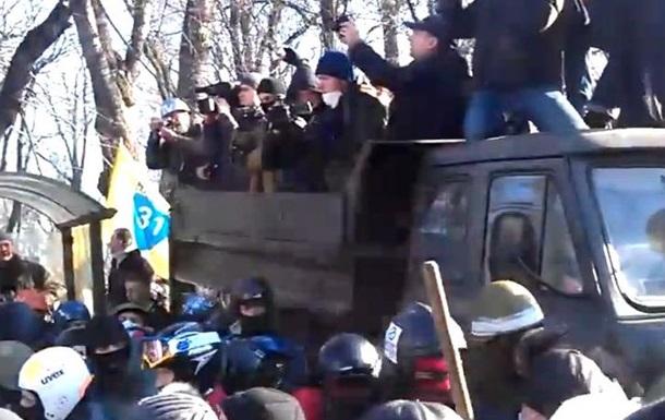 В правительственном квартале колонна протестующих захватила три грузовика ВВ