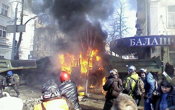 На Шелковичной протестующие подожгли два КамАЗа