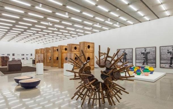 Американский художник в знак протеста разбил вазу Ай Вэйвэя стоймостью миллион долларов