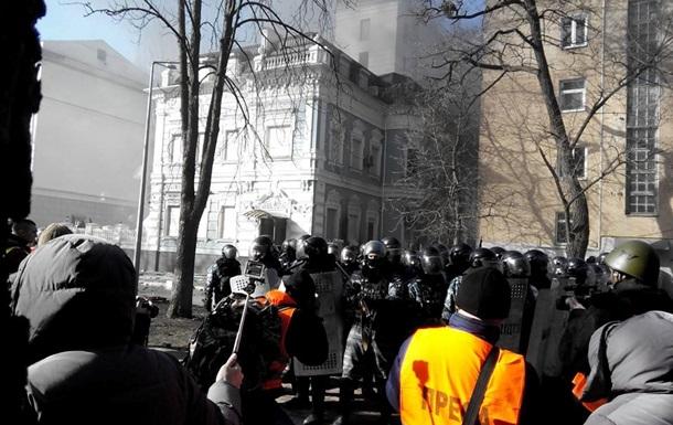 Беркут начал оттеснять протестующих с улицы Липской
