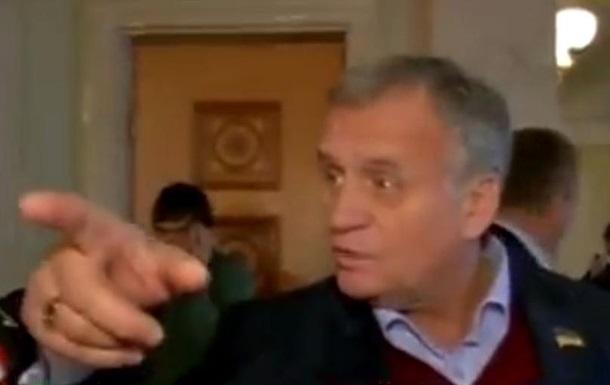 Уходи из Верховной Рады, покалеченная кобыла. Регионал Сухой оскорбил журналистку