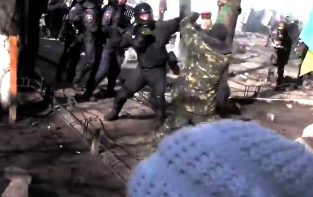 Митингующие вытеснили внутренние войска с Шелковичной