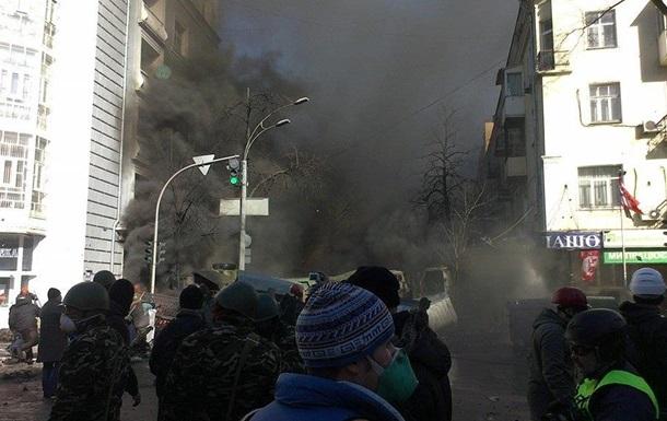 На Садовую стягивают силовиков, улица затянута дымом