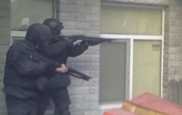Заблокированные во дворе Шелковичной милиционеры отстреливаются от протестующих