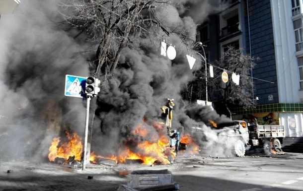 Митингующие разгромили автомобиль скорой - МВД