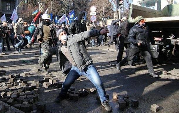 Около тысячи митингующих совершили нападение на Печерское райуправление милиции