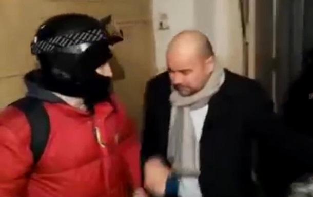Протестующие в Киеве брызнули газом в лицо депутата-регионала Святаша