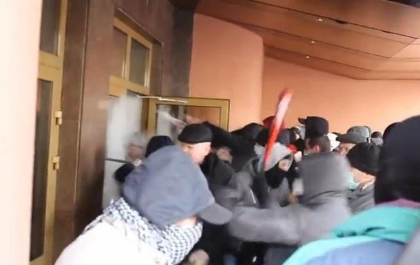 Видео штурма протестующими Волынской ОГА