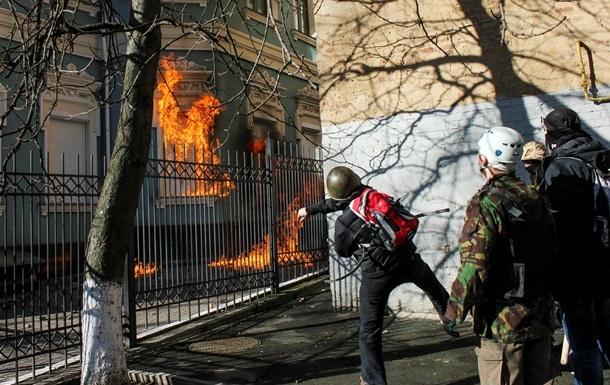 Активисты подожгли офис Партии регионов в Полтаве