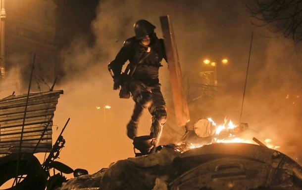 В Киеве штурмуют Деснянскую администрацию, в ход идут биты и коктейли Молотова