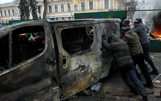 Протестующие укрепляют баррикаду возле улицы Богдана Хмельницкого – СМИ