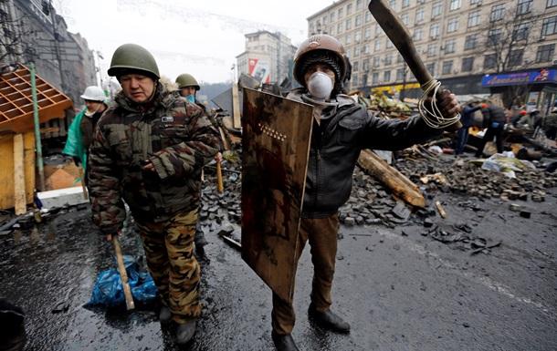 Люди в масках и с битами заблокировали проезд к базе киевского Беркута