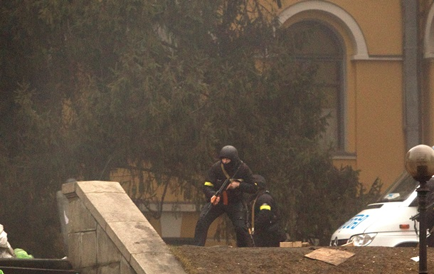 На Русановке мужчина с автоматом угрожал активистам самообороны Майдана