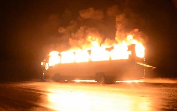 В Черкасской области люди сожгли автобус, перевозивший сторонников власти из Крыма в Киев