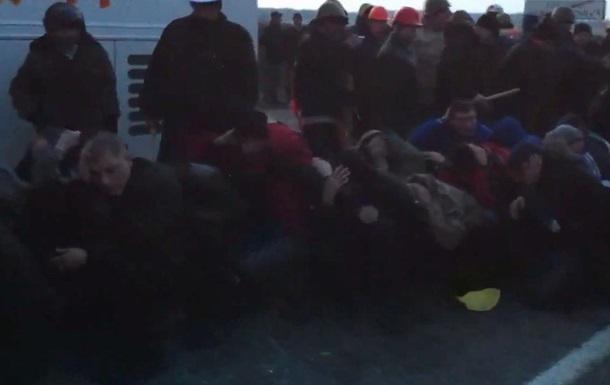 Возле Корсунь-Шевченковского активисты остановили автобус с Беркутом и два автобуса  титушек
