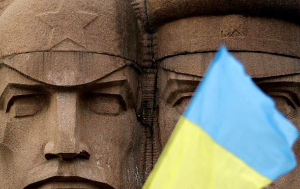 Як кияни намагалися знищити пам ятник чекістам. Фото- та відеорепортажі