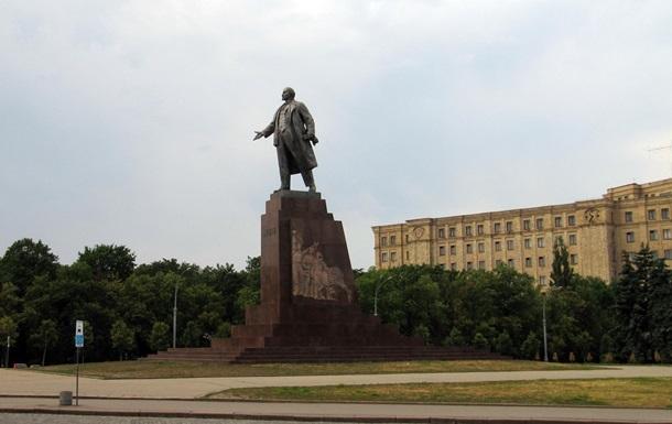 Активисты в Харькове укрепляют ограждения вокруг памятника Ленину