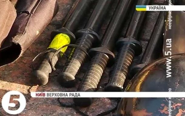 Активисты Автомайдана передали амуницию внутренних войск бойцам Правого сектора