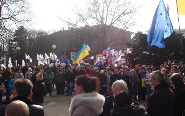 В Крыму пророссийские активисты заблокировали Верховный Совет и требуют референдум о независимости