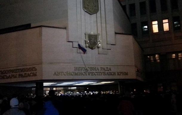 Митингующие установили флаг России на здании крымского парламента