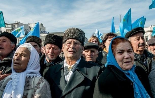 Несколько сотен крымских татар митингуют у здания парламента Крыма