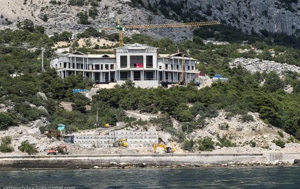 Из крымской резиденции Януковича начали вывозить имущество и стройматериалы - УДАР