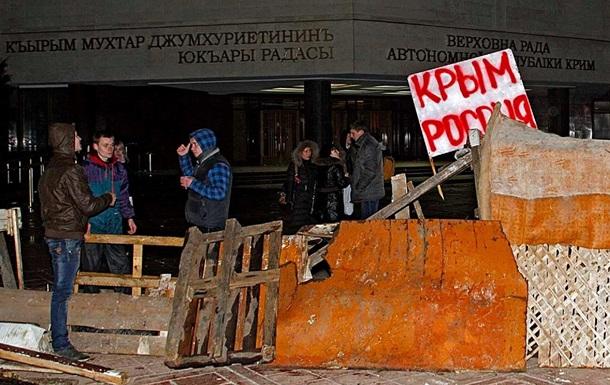 Под знаменем России. Фото захваченных админзданий Крыма и БТР под Симферополем