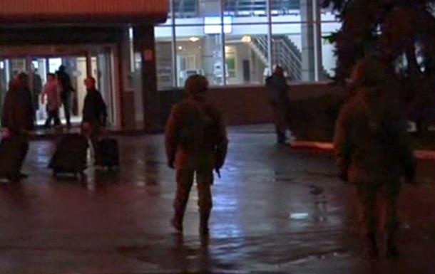 Неизвестные вооруженные люди продолжают патрулировать территорию возле аэропорта Симферополь - СМИ