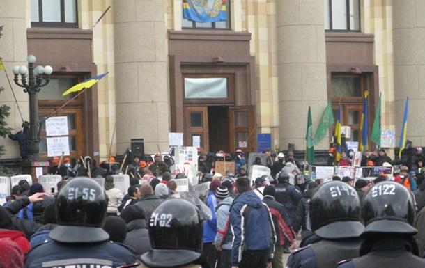 Сейчас они стоят на коленях . Из харьковской ОГА выбили сторонников Майдана