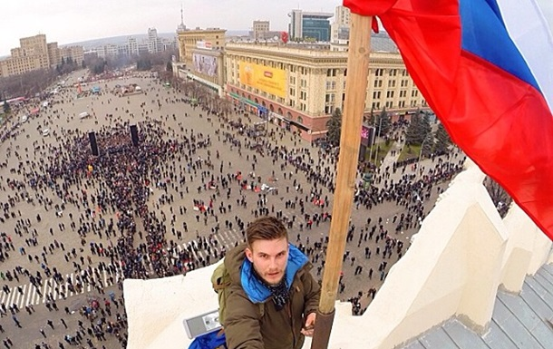 В Харькове на здании ОГА установили российский флаг