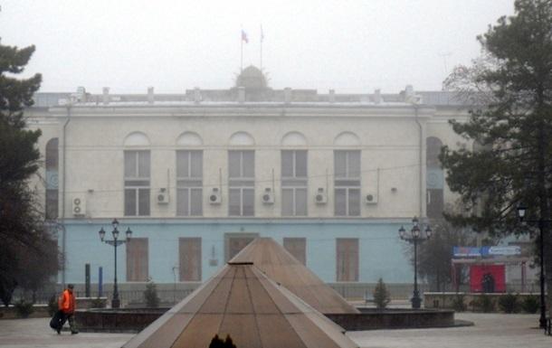 Дружинники второй день блокируют прокуратуру Крыма