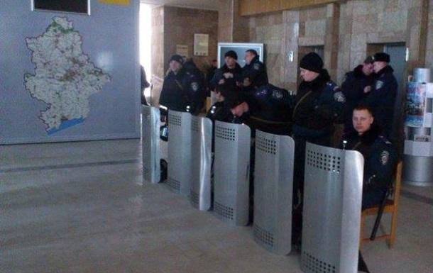 В Донецке милиция заставила пророссийские силы покинуть ОГА. Над зданием - украинский флаг
