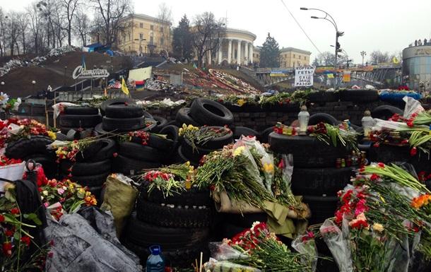 В Киеве люди продолжают нести цветы на Майдан в память о погибших