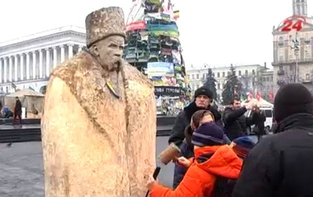 На Майдане появилась деревянная статуя Шевченко