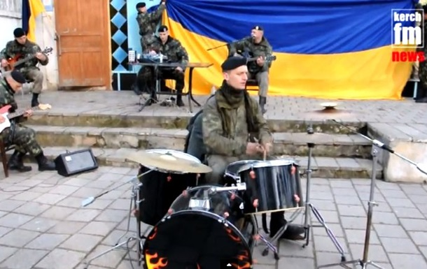 Заблоковані керченські морпіхи зіграли імпровізований концерт