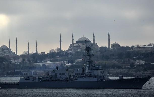 Ракетный эсминец ВМС США остается в Черном море