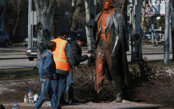 В Донецке облили краской памятник Иосифу Кобзону