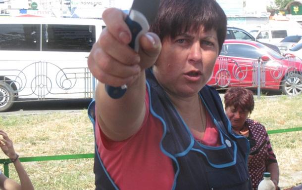 Скажені продавці м яса кидаються на журналіста з ножем.