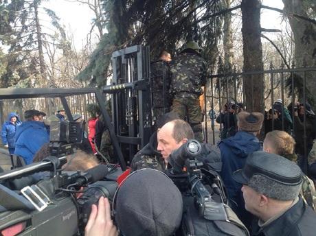 Як демонтували паркан біля Верховної Ради