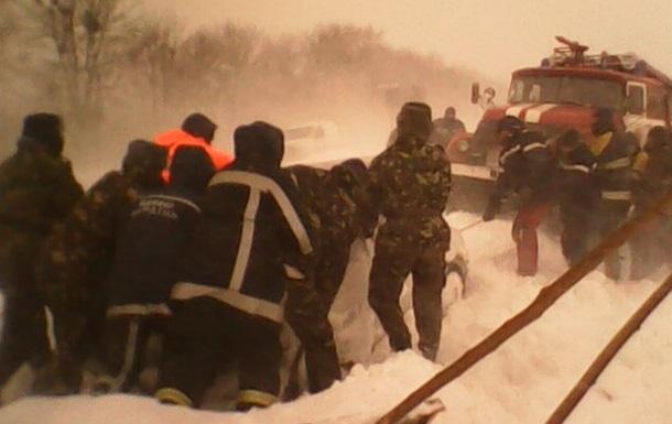 Армія прийшла на допомогу замерзаючим у дорожньому заторі