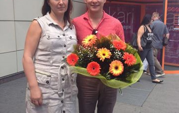 Передав квіти матері Юлії Тимошенко Людмилі Тєлєгіній
